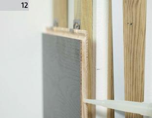 Montaż Deski Barlineckiej na ścianie - na narożach stosujemy klej montażowy.