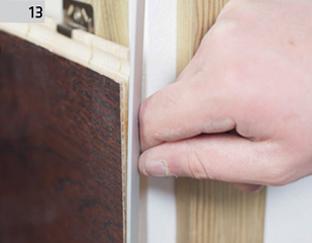 Montaż Deski Barlineckiej na ścianie - wykończenie naroża kątownikiem aluminiowym.