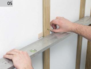 Deska barlinecka - montaż na ścianie : weryfikacja położenia łat względem siebie.