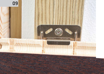 Montaż deski barlineckiej na ścianie - krawędzie desek na ścianie.
